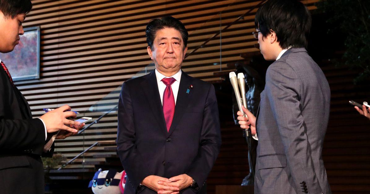 写真・図版 : 徴用工判決を受け、首相官邸で取材に応じる安倍晋三首相=2018年10月30日