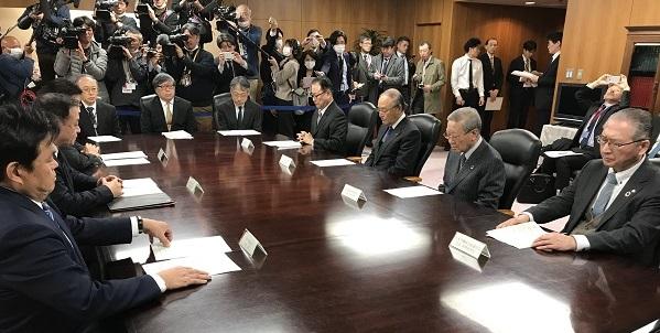 写真・図版 : 経済3団体のトップらに、梶山弘志経済産業大臣ら3大臣がテレワークなどの対応を要請した= 2020年2月26日、東京・霞が関、野口陽撮影