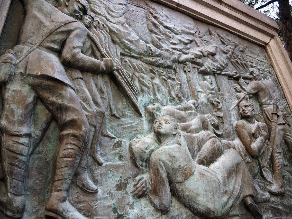 写真・図版 : 堤岩里教会での住民虐殺を描いたソウル・タプコル公園のレリーフ