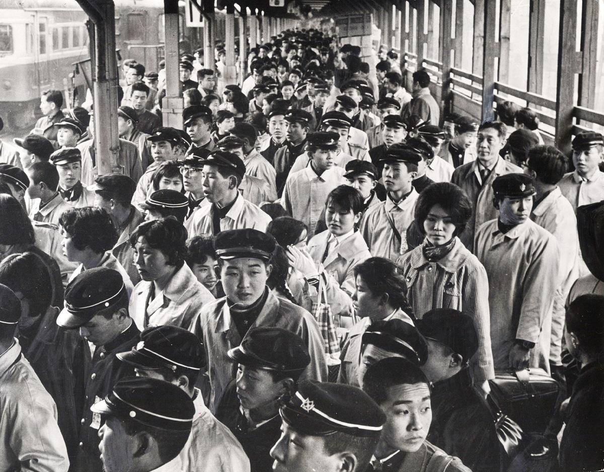 写真・図版 : 中学新卒者たちの集団就職風景=1962年3月、上野駅