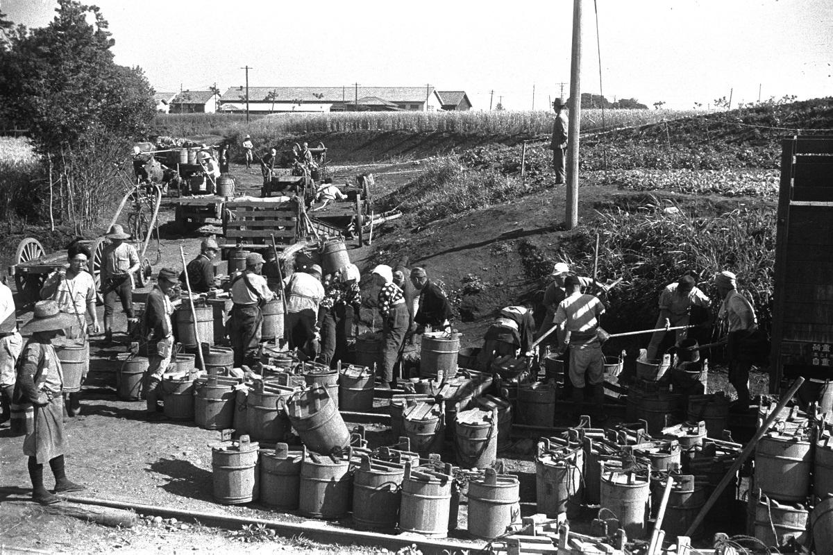 写真・図版 : 敗戦後、肥料を求めて東京都の糞尿処理場に続々と集まってきた農民たち。都内で水洗トイレが普及し始めるのは昭和40年代になってからで、それまで人糞は肥料として利用されるほかは多くは東京湾内に海洋投棄されていた=1946年6月