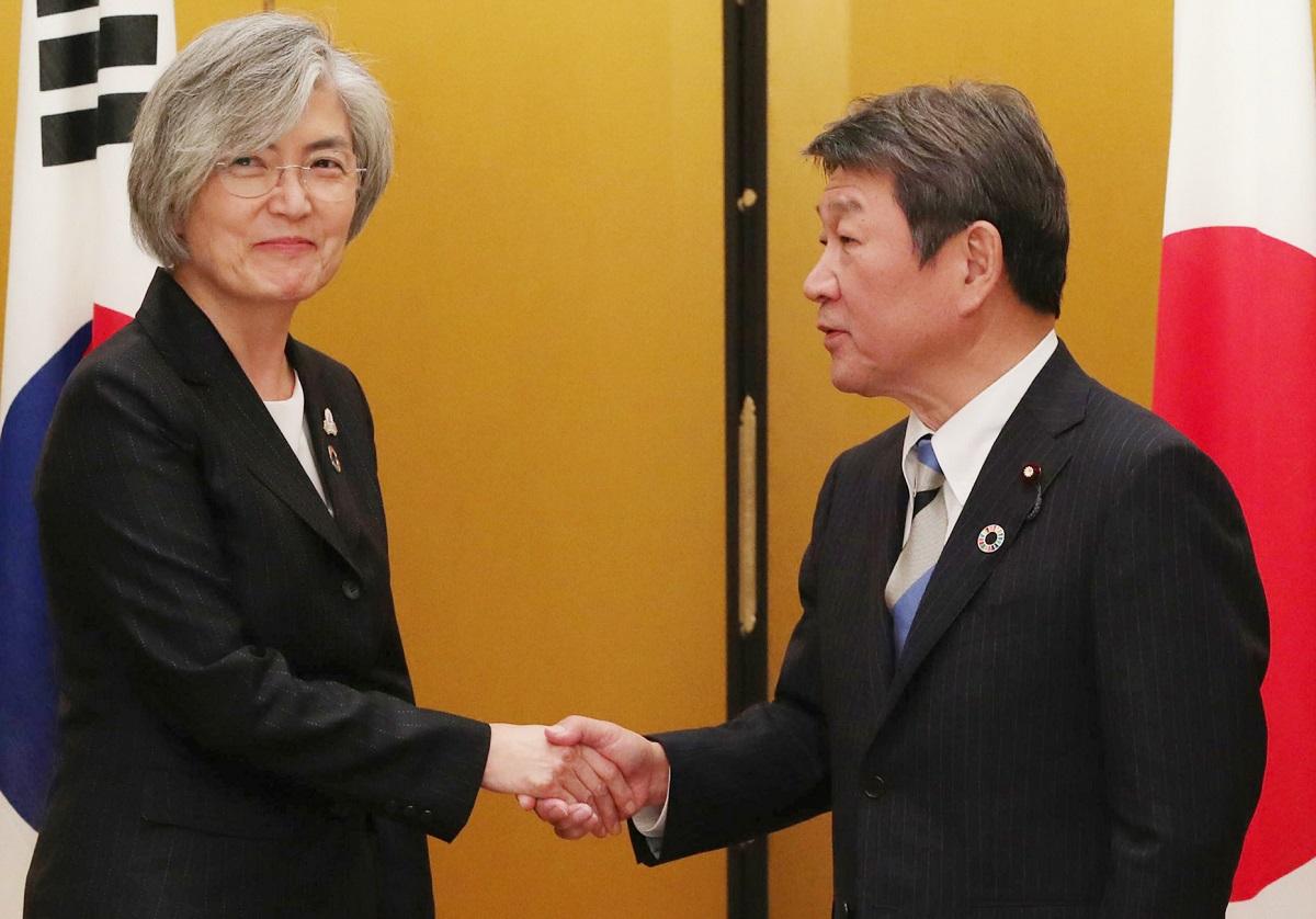 写真・図版 : G20外相会合で会談を前に握手を交わす茂木外相(右)と韓国の康京和外相=2019年11月23日、名古屋市中区