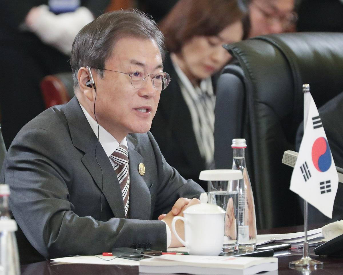 写真・図版 : 日中韓首脳会談で発言する韓国の文在寅大統領=2019年12月24日、中国・成都