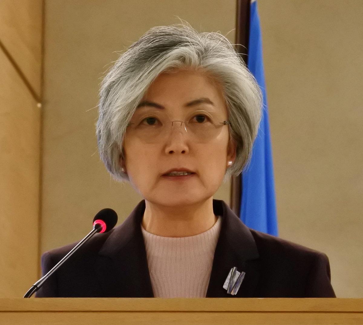 写真・図版 : 国連人権理事会の定例会合で演説する韓国の康京和外相=2019年2月25日、ジュネーブの国連欧州本部、アンヌ・レクロ撮影