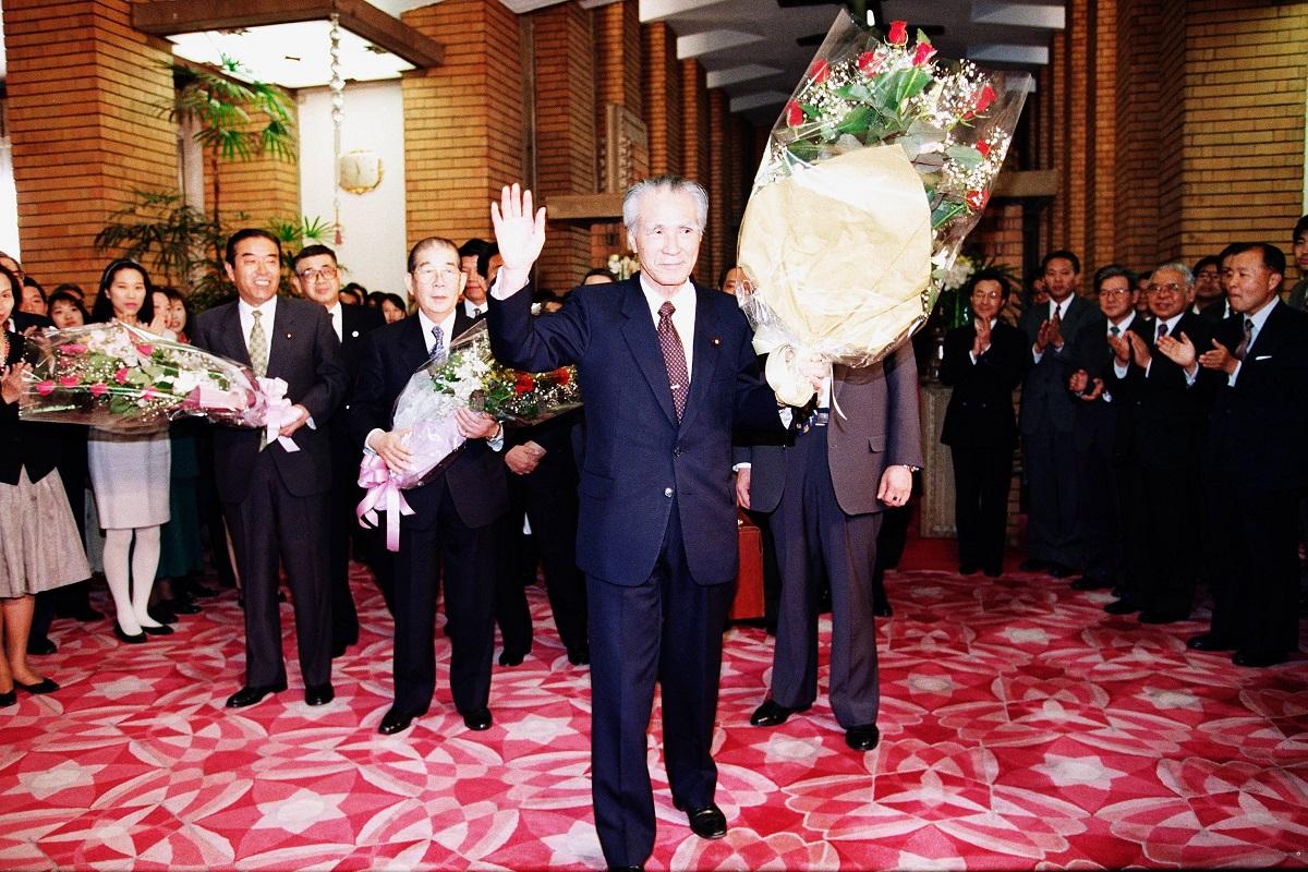 写真・図版 : 最後の閣議を終えて官邸を去る村山富市首相=1996年1月11日、東京都千代田区