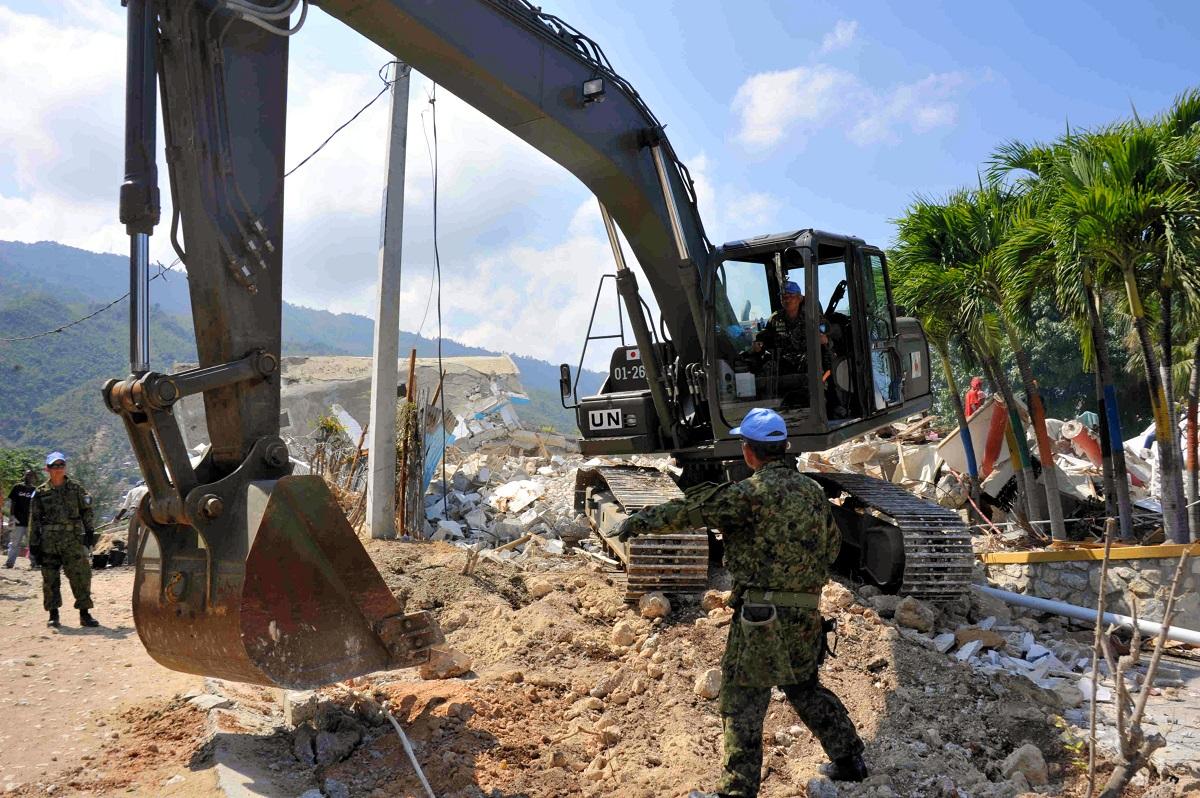 写真・図版 : ハイチの大地震被災地で復興活動に当たる陸上自衛隊ハイチ国際救援隊=2010年2月22日、ポルトープランス