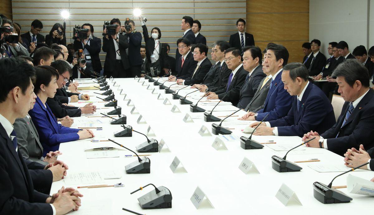 写真・図版 : 首相官邸で開かれた新型コロナウイルス感染症対策本部の会合=2020年2月27日、首相官邸