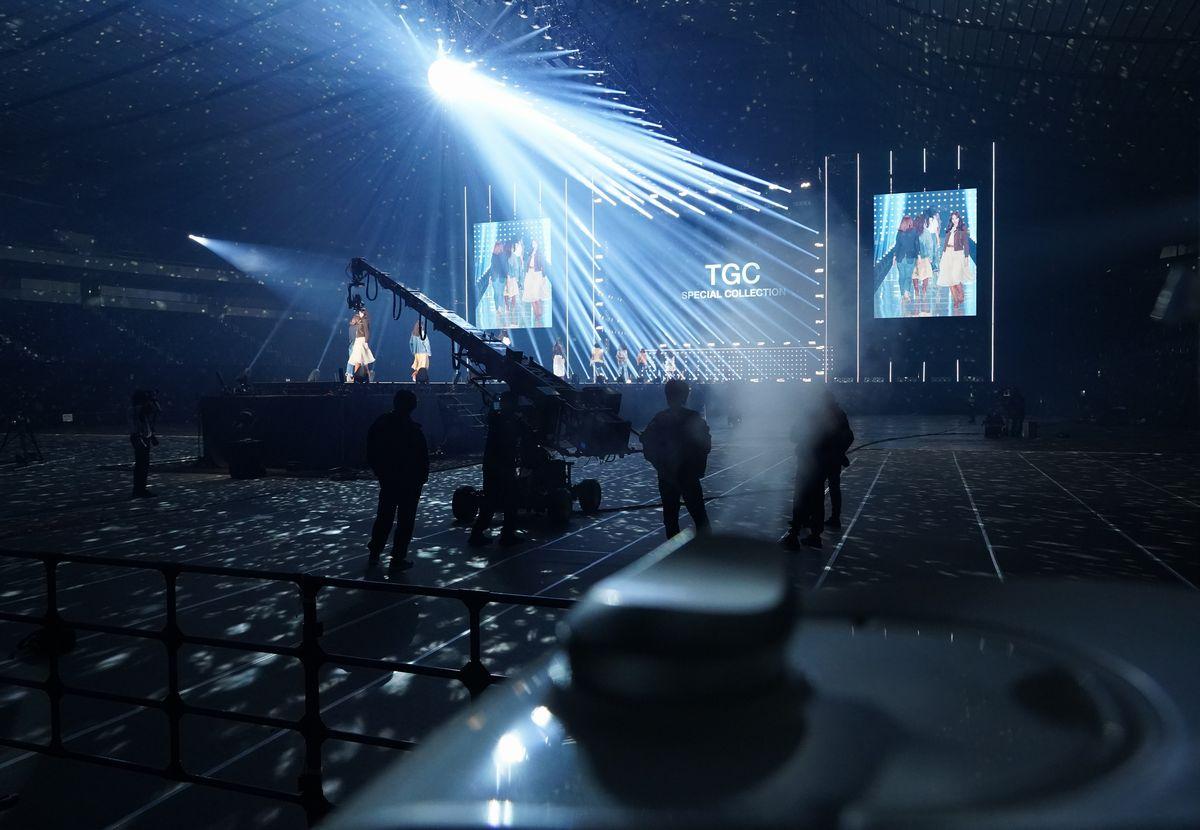 写真・図版 : 新型コロナウイルスの感染が拡大する中、無観客で開催された東京ガールズコレクション(TGC)。手前は殺菌効果を狙った噴霧器=2020年2月29日、東京都渋谷区の国立代々木競技場第一体育館