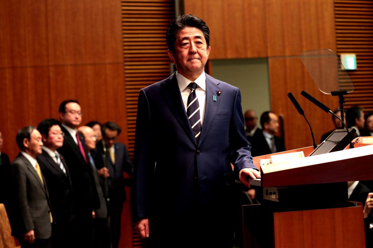 写真・図版 : 記者会見に臨む安倍晋三首相=2020年2月29日、首相官邸