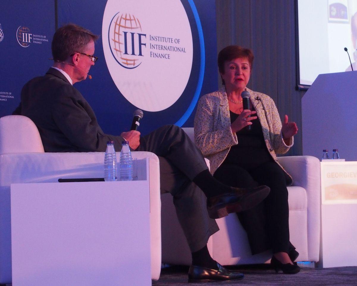 写真・図版 : 新型コロナウイルスによる世界経済の影響などについて話す国際通貨基金(IMF)のゲオルギエバ専務理事(右)=2020年2月21日、リヤド、青山直篤撮影
