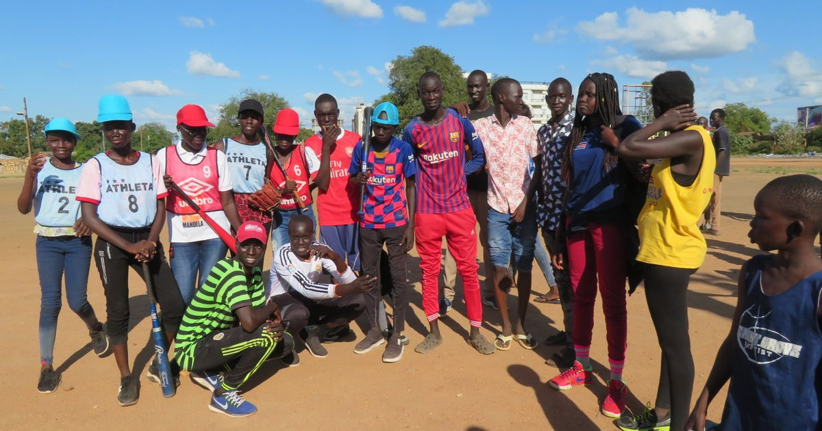 写真・図版 : 野球セミナーに参加した生徒たちが、ジュバ大学の練習にもやってきた。