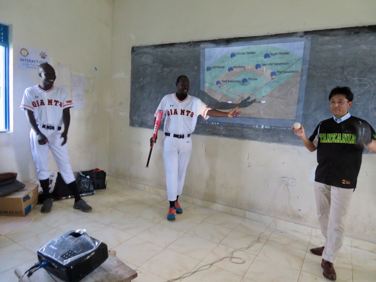 写真・図版 : グローブ、バット、ボールを示して野球の道具を説明。