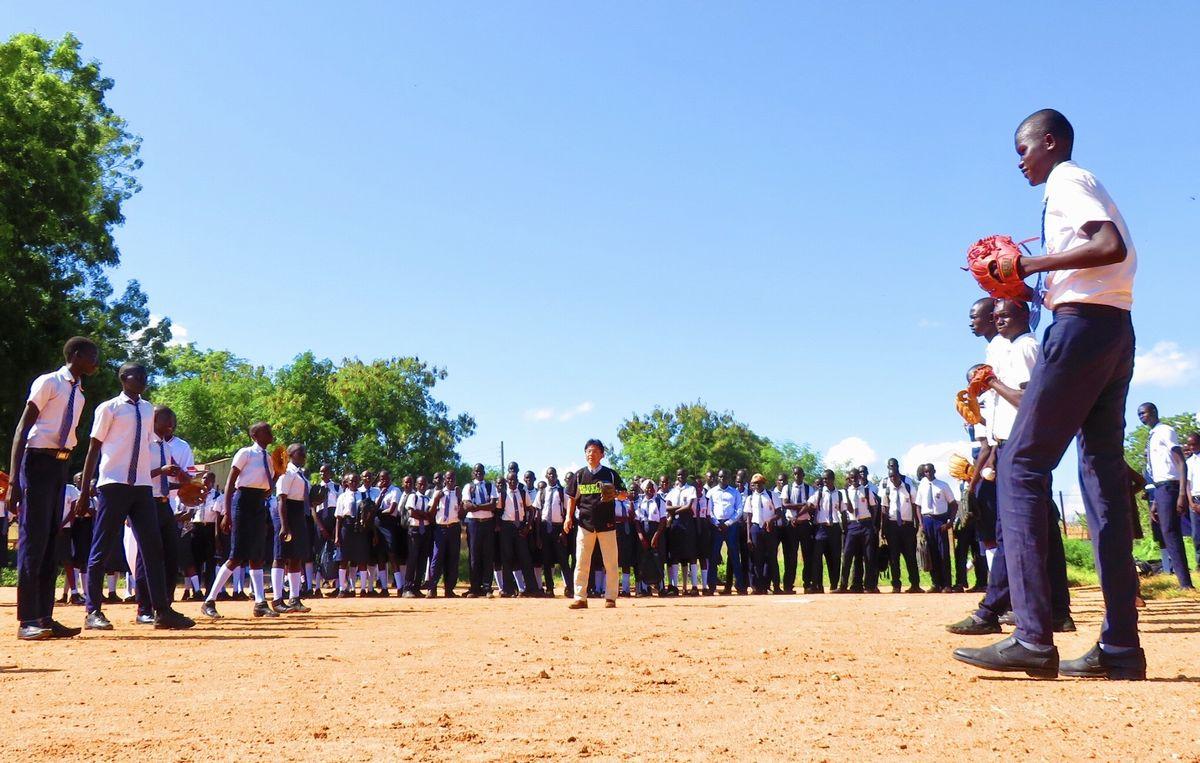 写真・図版 : 校庭に移動して、デモンストレーション。まずはキャッチボールにチャレンジ。