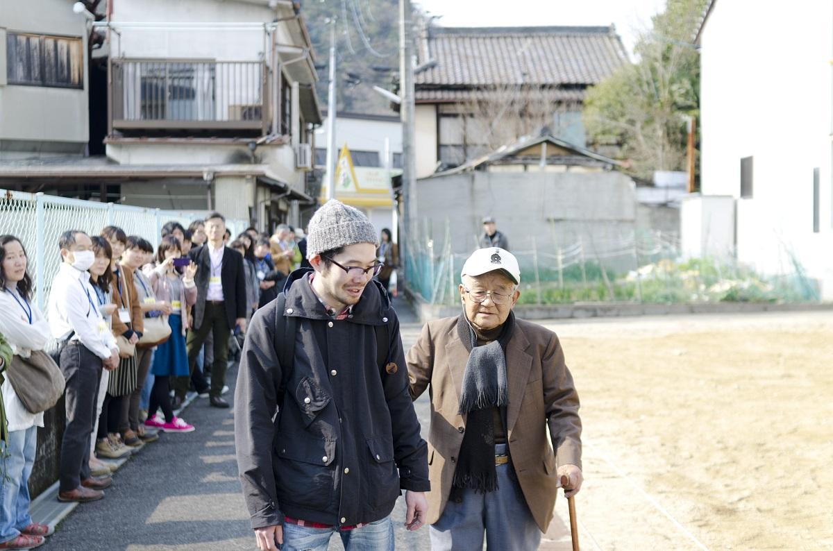 写真・図版 : 『よみにちひはくれない』を演じる筆者(左)と岡田忠雄=岡山県和気町