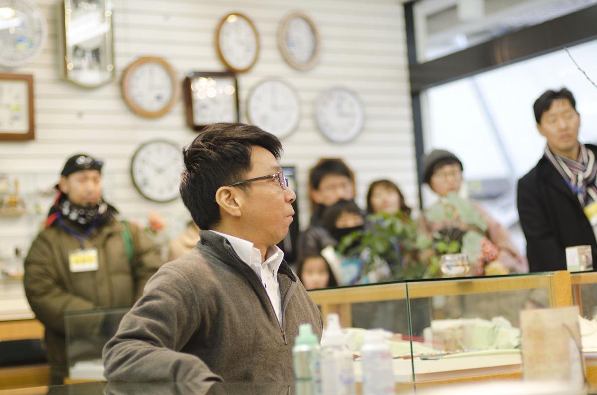 写真・図版 : 『よみちにひはくれない』で「時計屋の和田」役を演じる和田勉さん=岡山県和気町