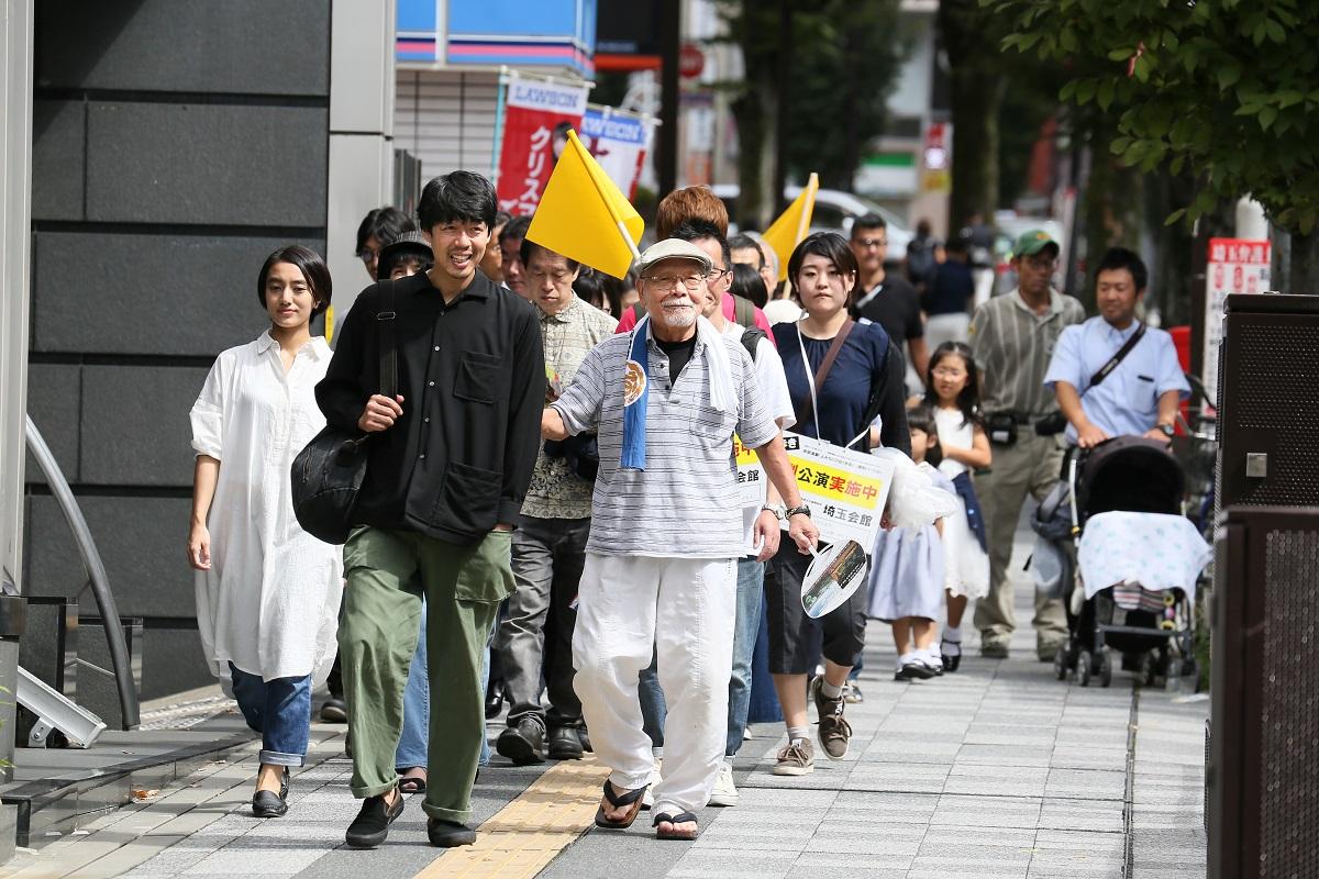 写真・図版 : 『よみちにひはくれない』は、さいたまでも上演された。舞台を浦和に置き換え、「さいたまゴールド・シアター」と「さいたまネクスト・シアター」が出演した=2018年、宮川舞子撮影