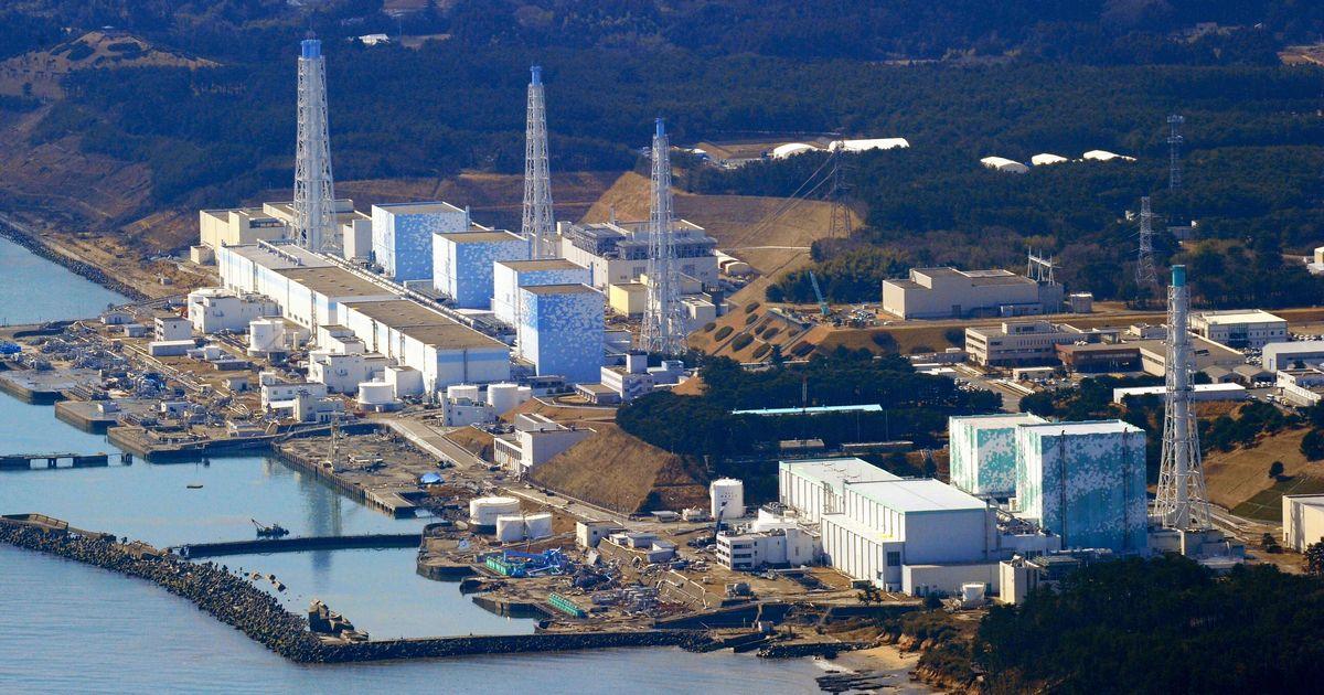 写真・図版 : 地震と津波の襲来から一夜が明け、職員らが対応に追われていた頃の福島第一原発=2011年3月12日、朝日新聞ヘリから