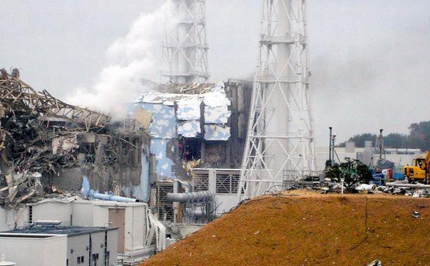 写真・図版 : 水素爆発で建屋が損壊した福島第一原発の3号機(手前)と4号機(奥)=2011年3月15日、東京電力提供