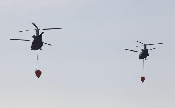 写真・図版 : 注水のため福島第一原発へ向かう陸上自衛隊のヘリコプター=2011年3月17日、仙台市若林区、小宮路勝撮影