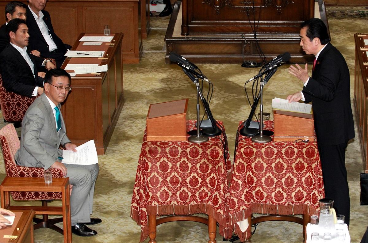 写真・図版 : 党首討論で向かい合う菅直人首相と自民党・谷垣禎一総裁(いずれも当時)=2011年6月1日