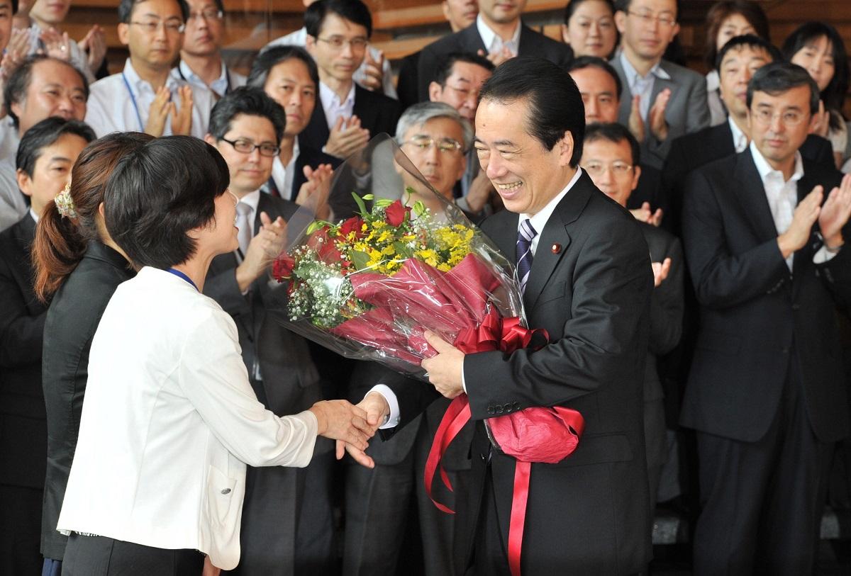 写真・図版 : 内閣総辞職。首相官邸職員から花束を贈られ、笑顔を見せる菅直人元首相=2011年9月2日