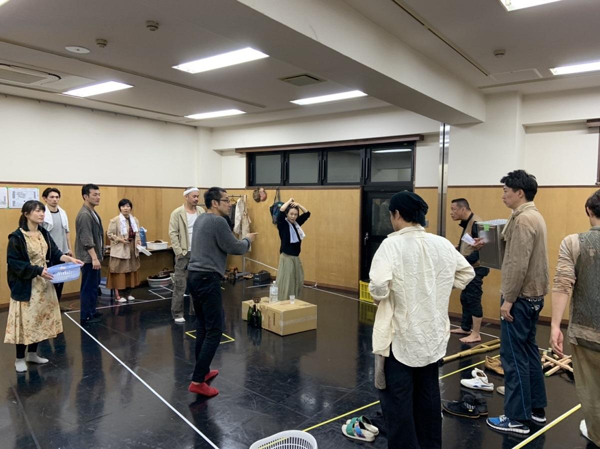 写真・図版 : 『SCRAP』の稽古をする劇団「温泉ドラゴン」のメンバーとゲストの俳優たち