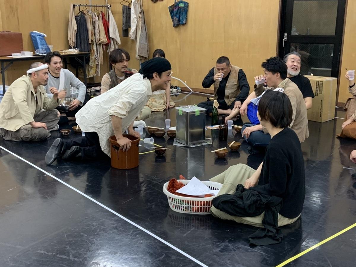写真・図版 : 『SCRAP』は活力あふれる人々を描く。劇団員、ゲスト出演者が一体となって稽古は進んでいる