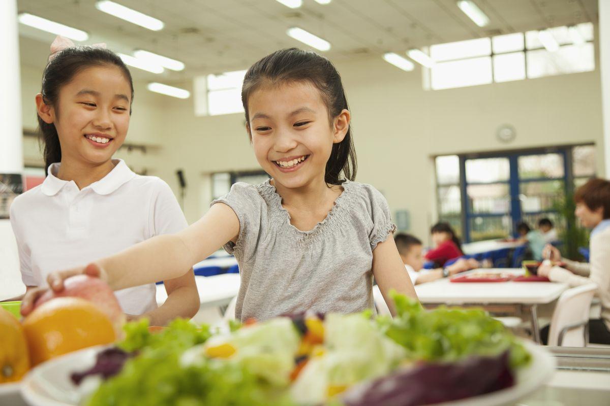 写真・図版 : 自宅で昼食は食べていられるだろうか?(本文の学校とは関係ありません) XiXinXing/Shutterstock.com