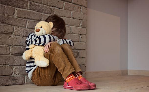 写真・図版 : 自宅での留守番。不安になっていないだろうか?(本文の学校とは関係ありません) Daniel Jedzura/Shutterstock.com