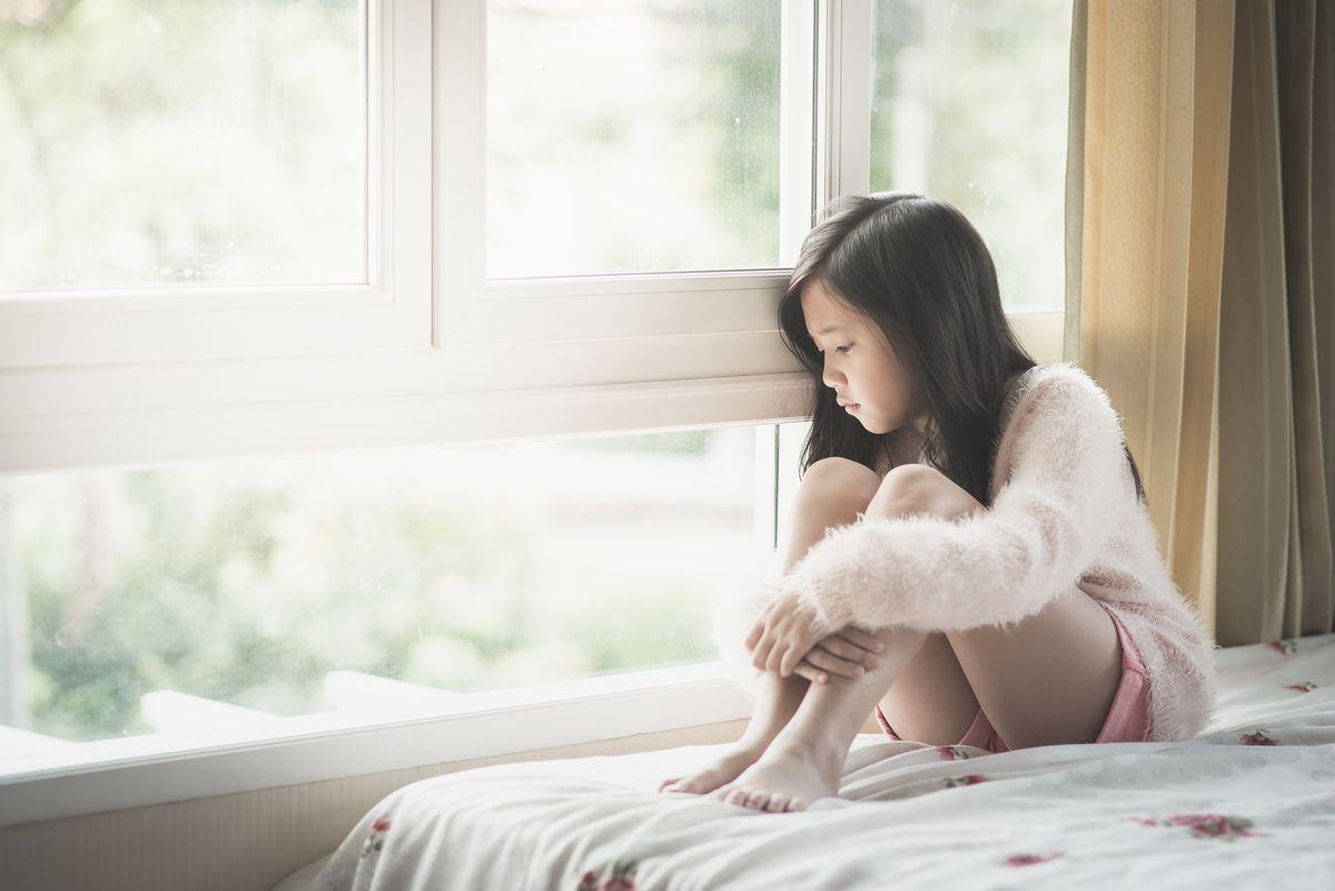 写真・図版 : 長期休校かつ外に出られない生活はストレスを与えていないだろうか?(本文の学校とは関係ありません) ANURAK PONGPATIMET/Shutterstock.com