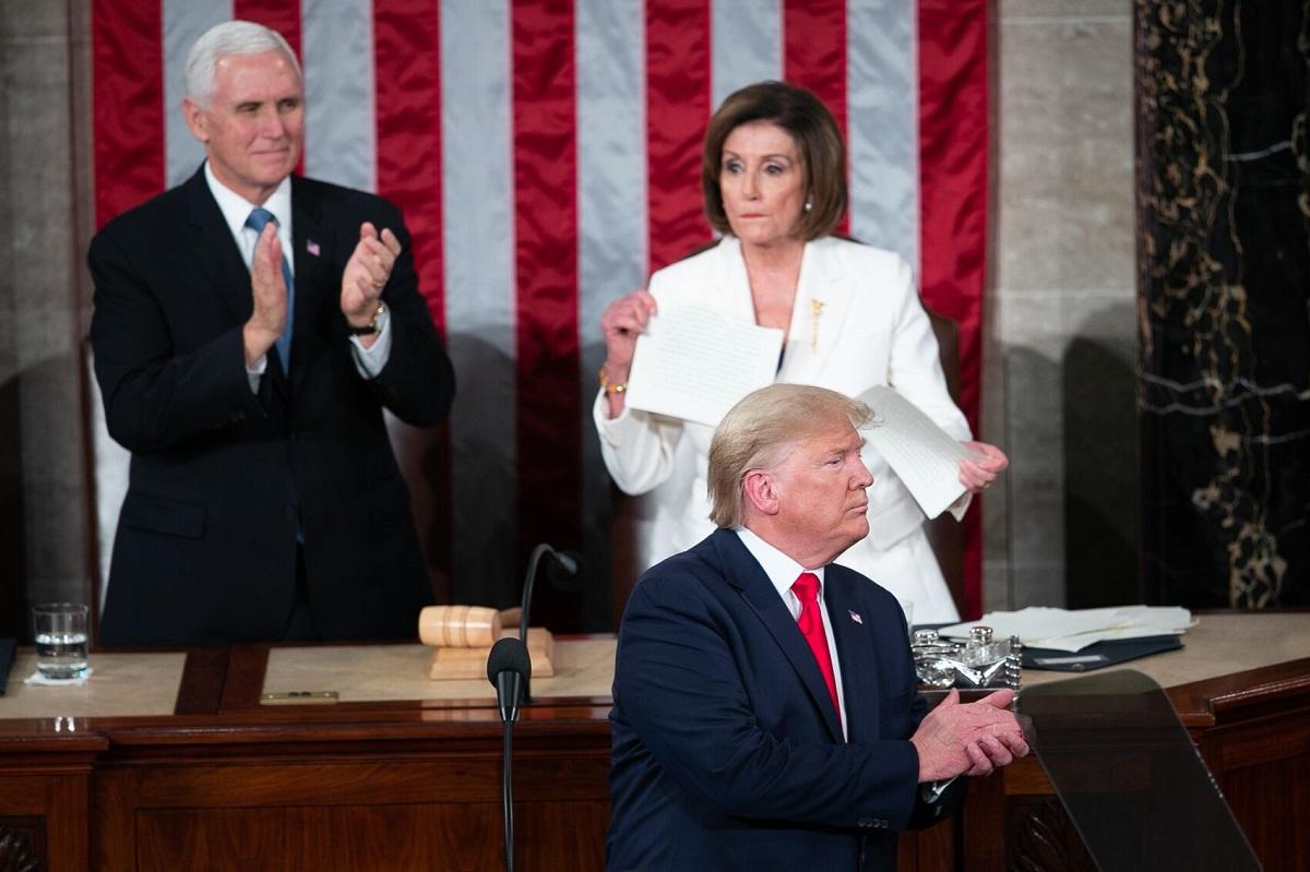 写真・図版 : トランプ大統領の一般教書演説終了後、原稿を破るペロシ下院議長(写真右上)=ワシントン、ランハム裕子撮影、2020年2月4日