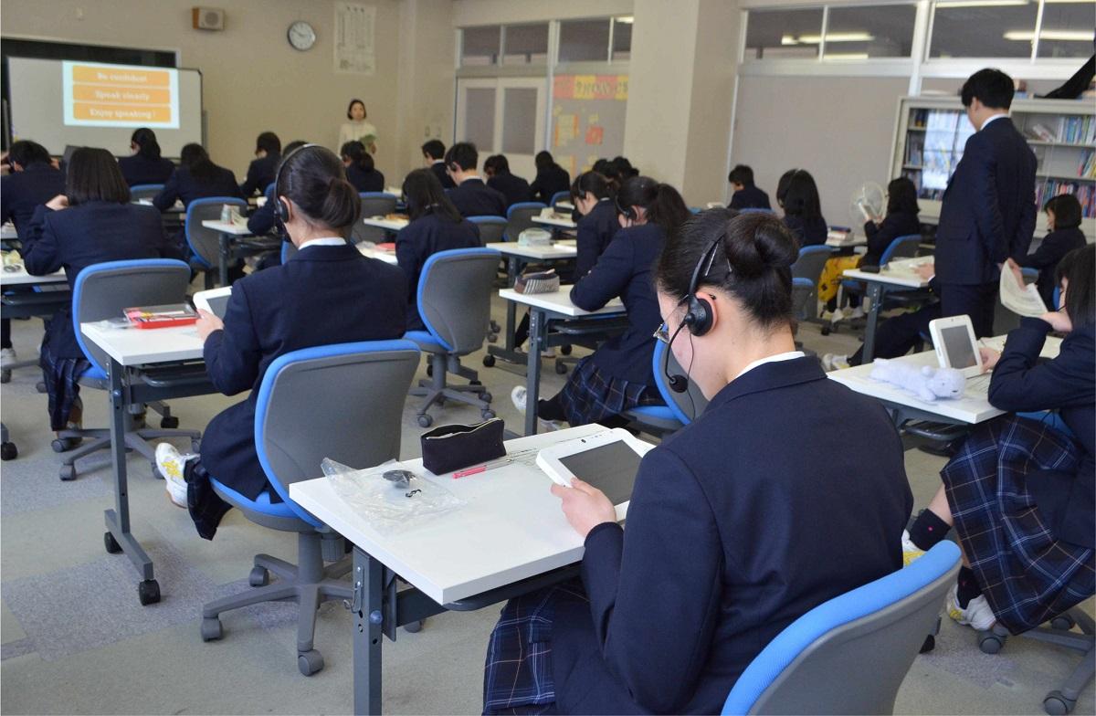 写真・図版 : 民間試験のスピーキングテストを受ける高校1年生=2019年1月、新潟県