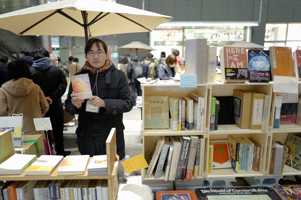 写真・図版 : 参加店の一つ「BOOKS青いカバ」の店主・小国貴司氏=提供:「二子玉川 蔦屋家電」