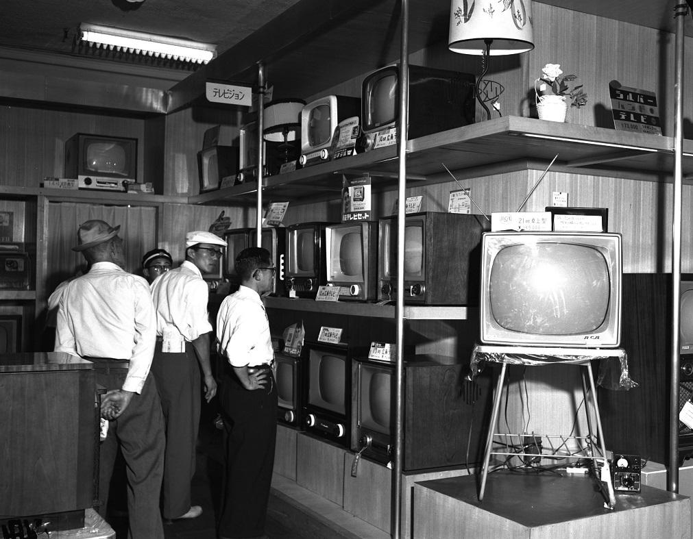 写真・図版 : デパートの売り場に並びはじめた白黒テレビ=1957年8月、東京都中央区