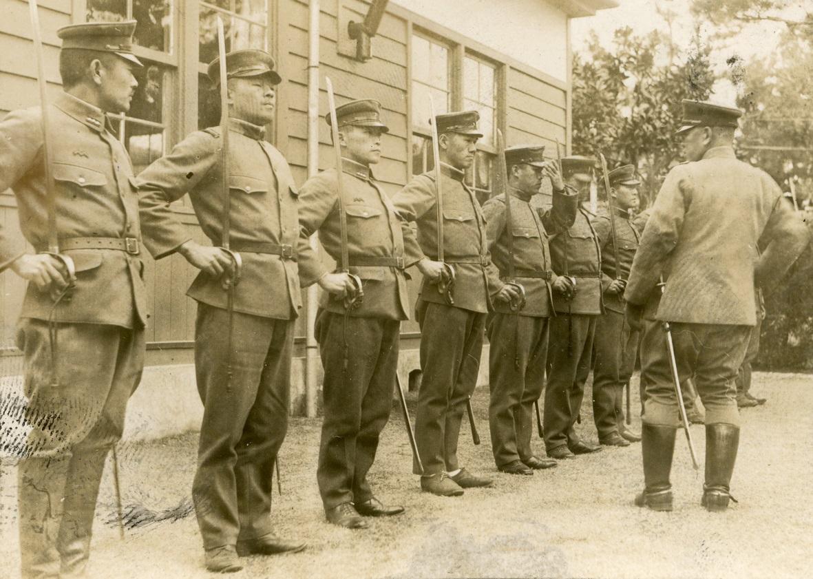 写真・図版 : 高知連隊区司令部の下士官軍刀操法の訓練=1939年2月