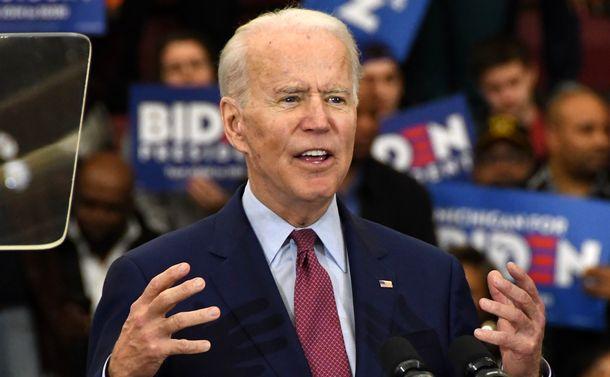 写真・図版 : 支援者に向けて演説するジョー・バイデン前副大統領=2020年3月9日、米ミシガン州デトロイト