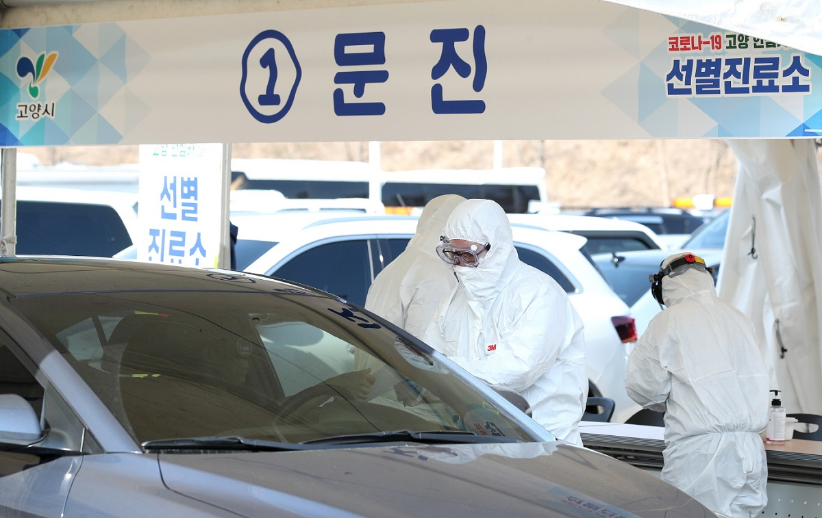 ソウル郊外の高陽市では、新型コロナウイルスの検査にドライブスルー方式が登場した=2020226同市提供