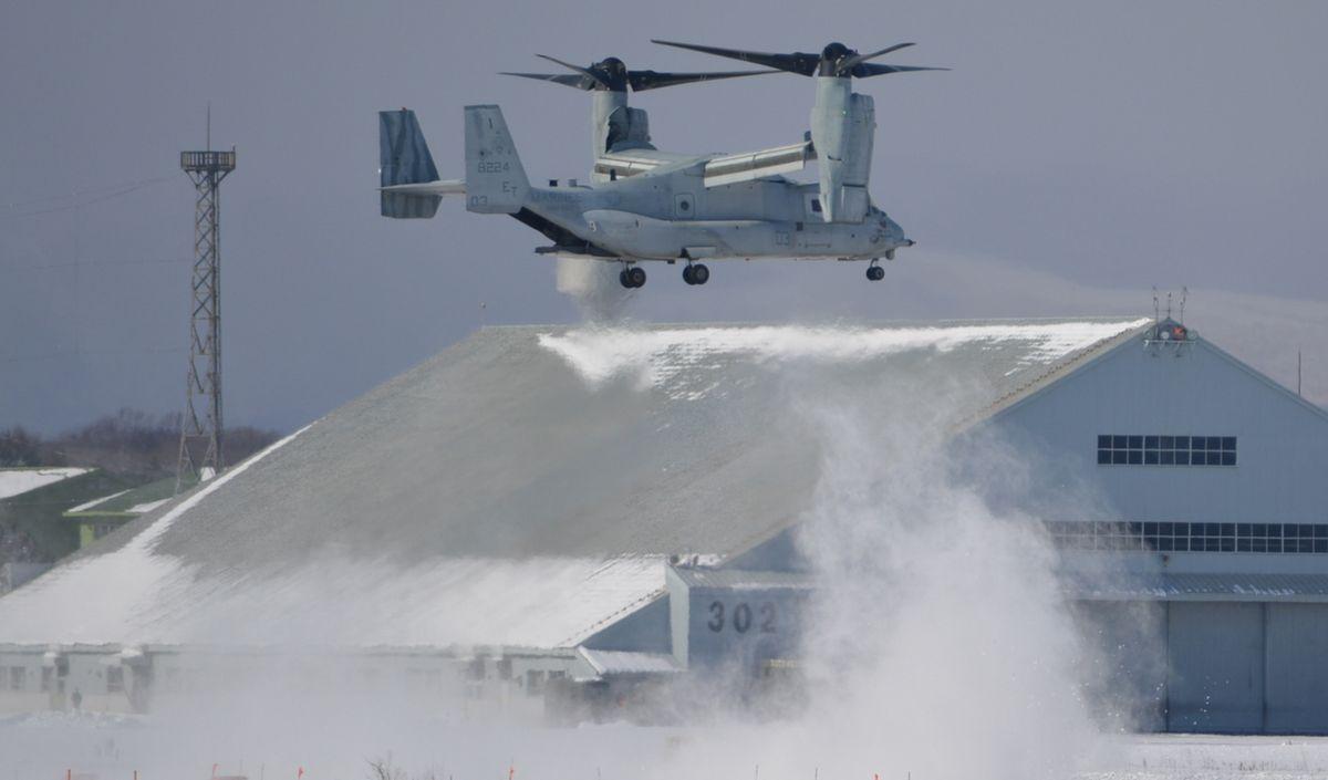 写真・図版 : 雪煙を巻き上げながら着陸する米軍輸送機オスプレイ=2020年2月4日、北海道千歳市の航空自衛隊千歳基地