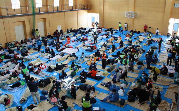 写真・図版 : 避難所での宿泊演習。参加者たちは体育館の床の冷たさを実感した=2020年1月25日、北海道北見市の日本赤十字北海道看護大学、根本昌宏さん提供