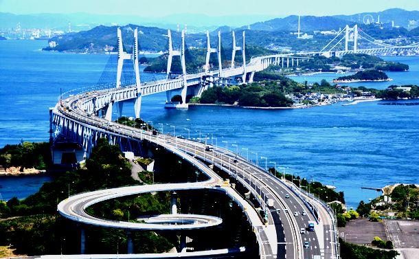 写真・図版 : 瀬戸大橋の主塔からは瀬戸内の島々が一望できる=2019年5月17日、香川県坂出市