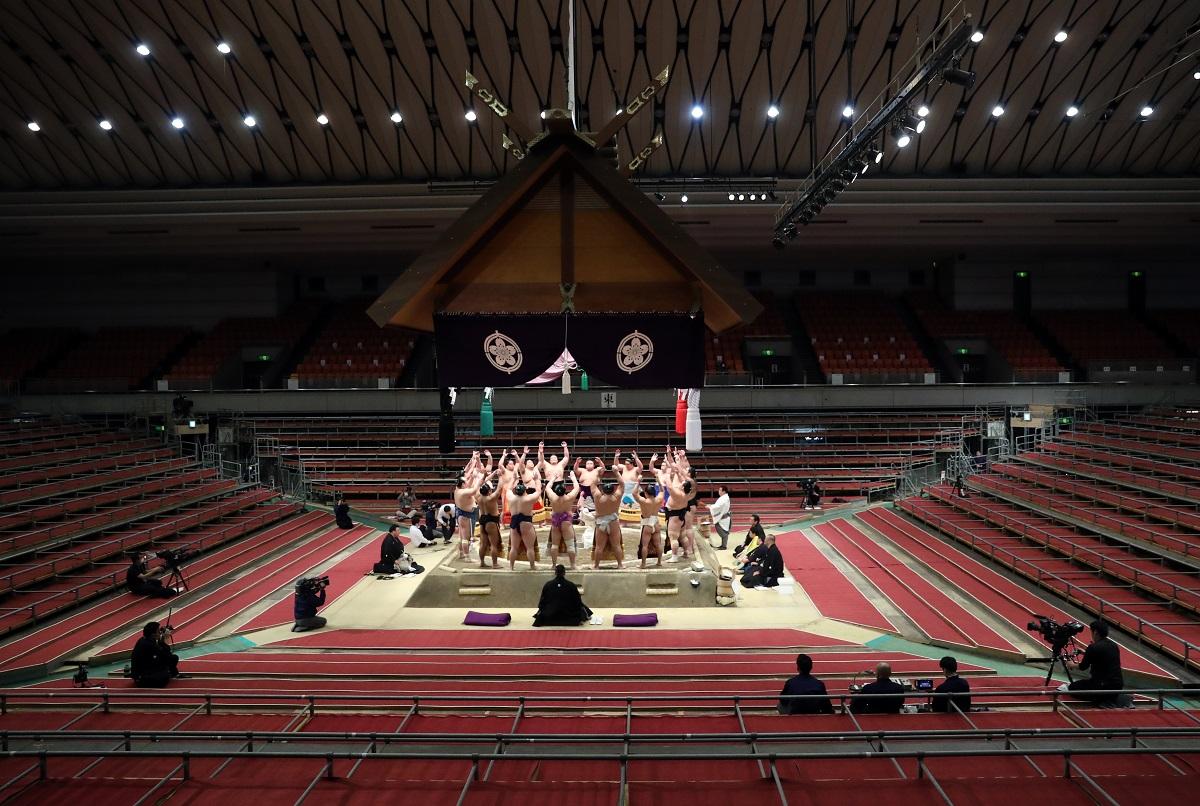 写真・図版 : 大相撲の春場所も無観客に。がらんとした会場で行われた、初日の幕内の土俵入り=2020年3月8日、大阪市