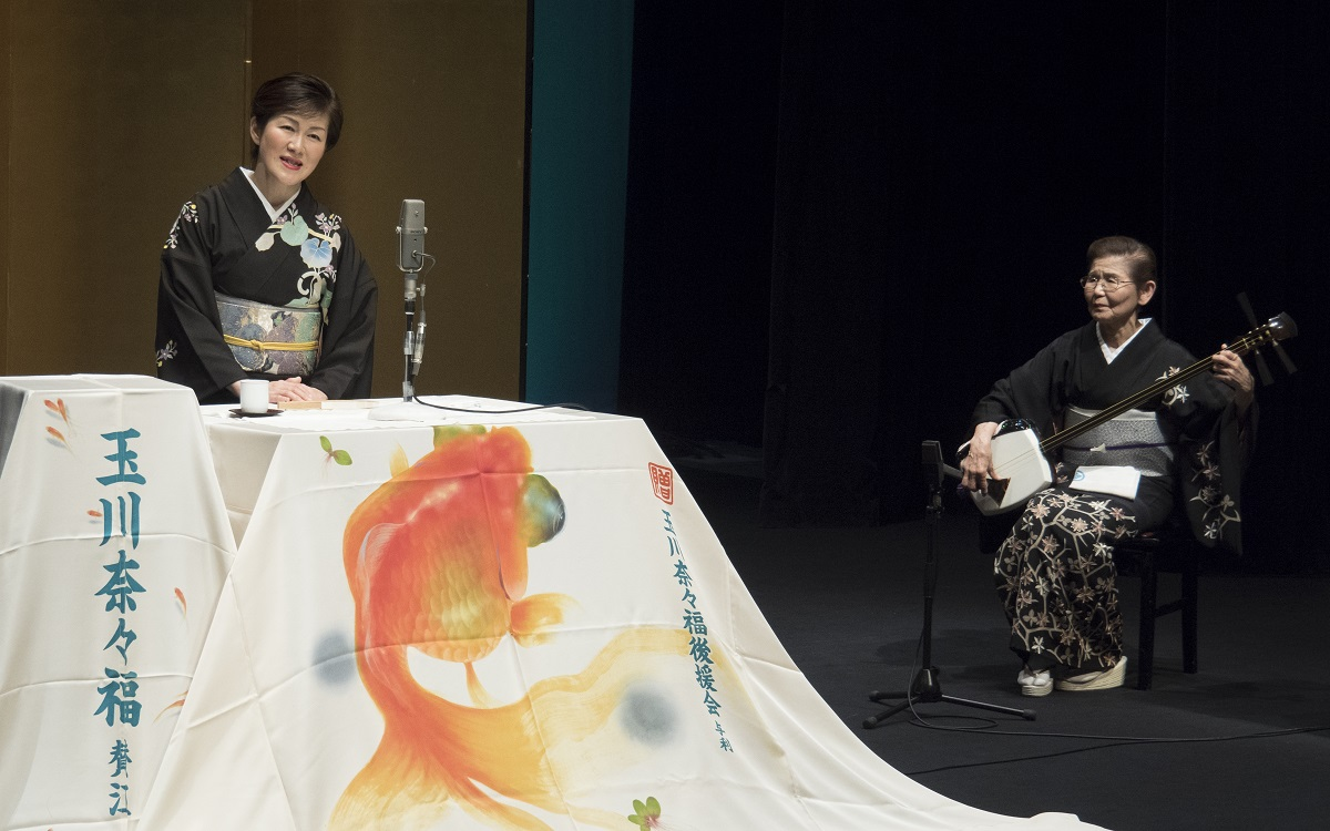 写真・図版 : 筆者(左)と曲師の沢村豊子師匠=多田裕美子撮影