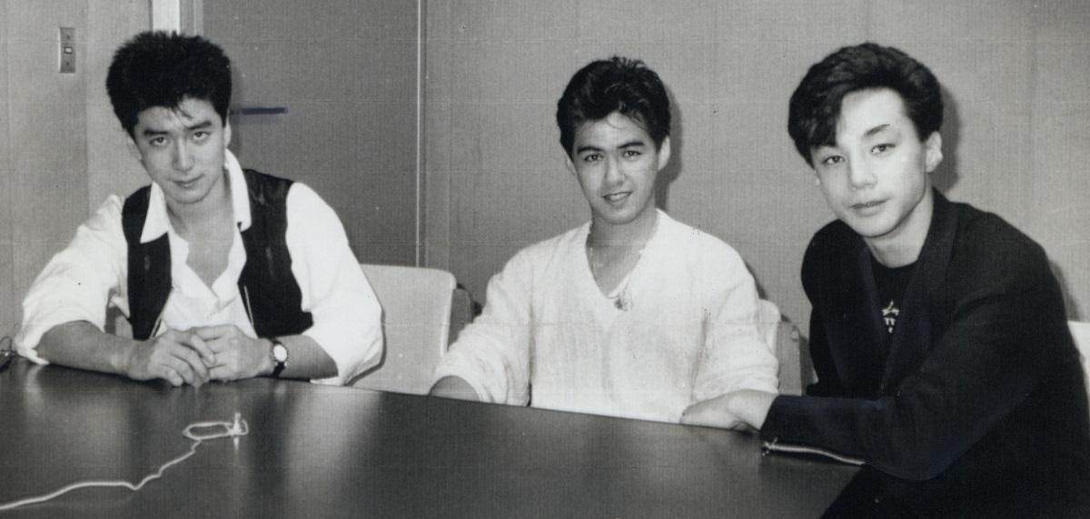 写真・図版 : 少年隊のメンバー。左から錦織一清、植草克秀、東山紀之=1988年、大阪市大淀区の朝日放送で