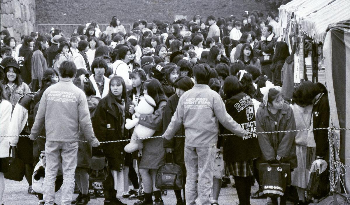写真・図版 : 「光GENJI」の人気は社会現象化した。昭和天皇崩御直後に開催された公演にもファンがいつも通りに詰めかけた=1989年1月7日、愛知県体育館