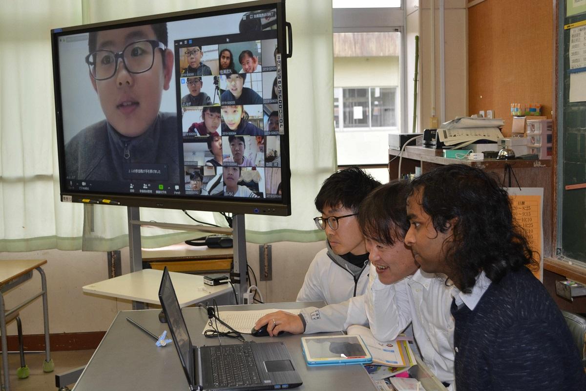 写真・図版 : タブレット端末で各家庭にいる児童と教室を結んで実施された遠隔授業=2020年3月10日、熊本市