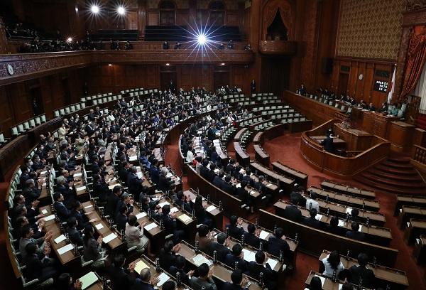 写真・図版 : 改正新型インフルエンザ等対策特別措置法が可決、成立したときの参院本会議=2020年3月13日午後、岩下毅撮影