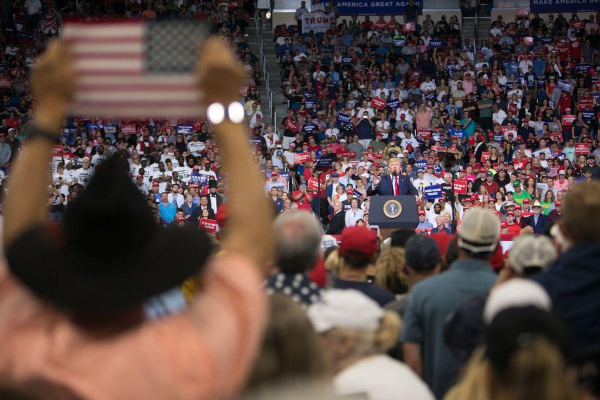 写真・図版 : フロリダで行われた選挙集会で演説するトランプ大統領=フロリダ州オーランド、ランハム裕子撮影、2019年6月18日