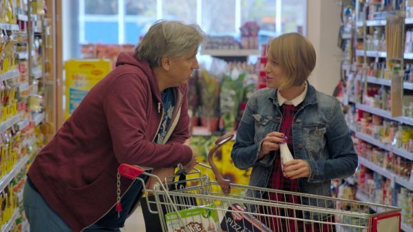オーストリアのスーパーでパーム油入りの食品を探す映画『グリーン・ライ ~エコの嘘~』のブーテ監督(左)©e&a film