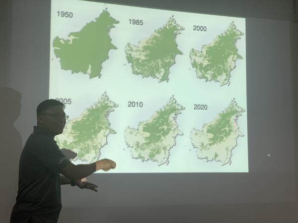 写真・図版 : ボルネオ島の森林減少の実態を話すKOPELのハシム・ハミド氏