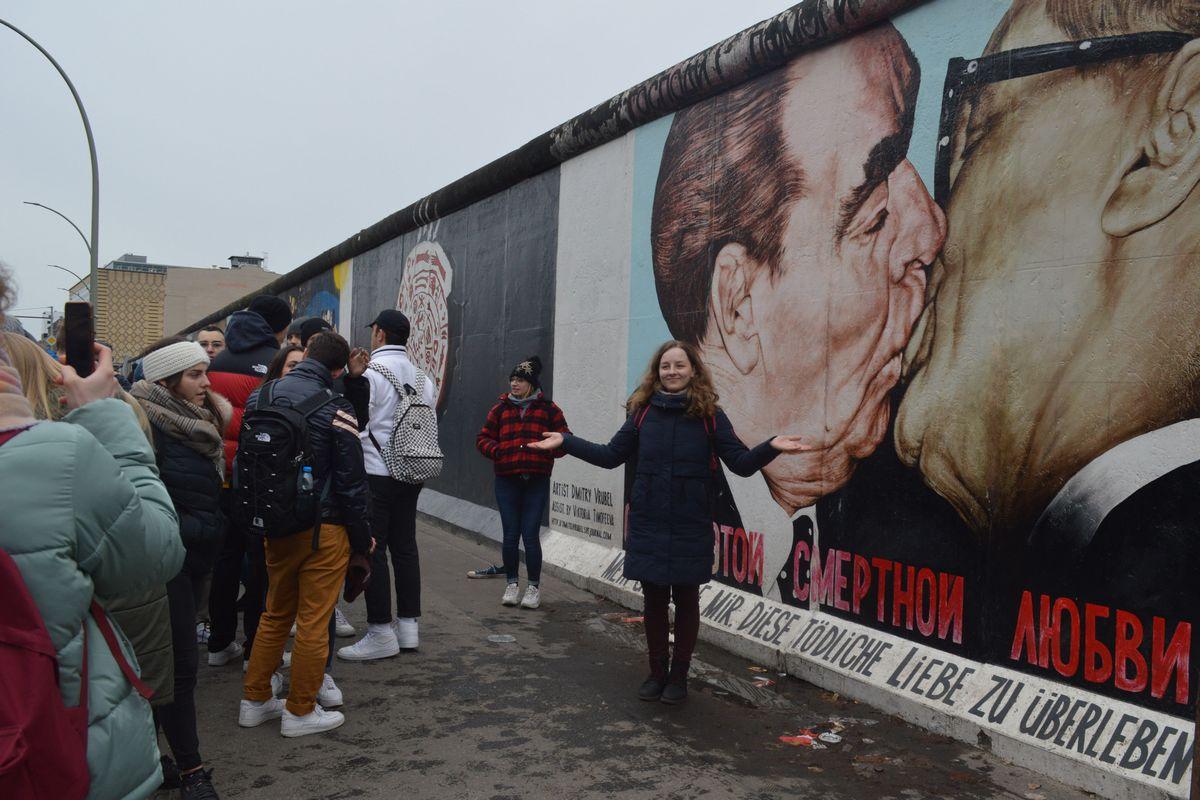 写真・図版 : かつてドイツの東西分断の象徴だったベルリンの壁。一部が残り観光名所になっている=2月、藤田撮影